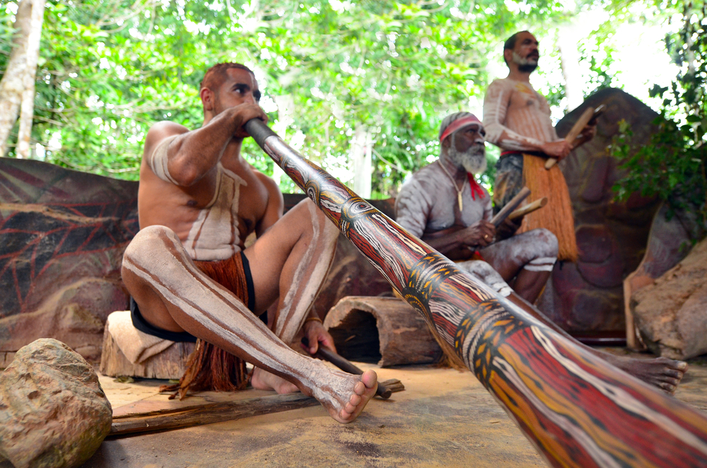 aboriginal plays didgeridoo