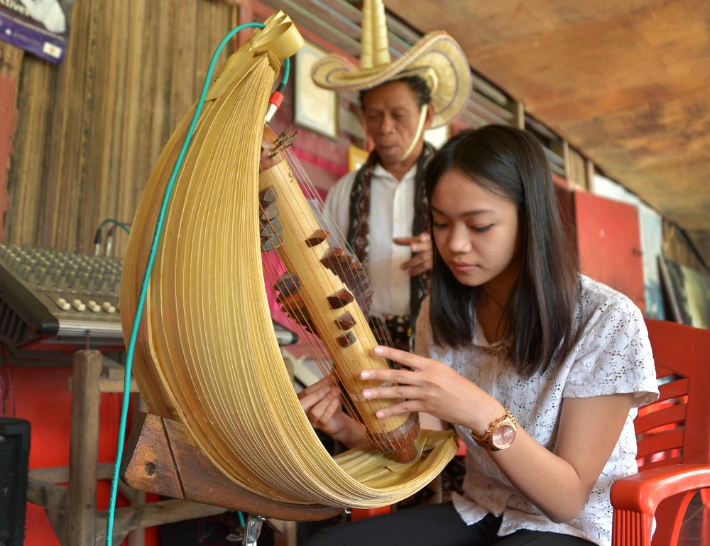 girl playing sasando