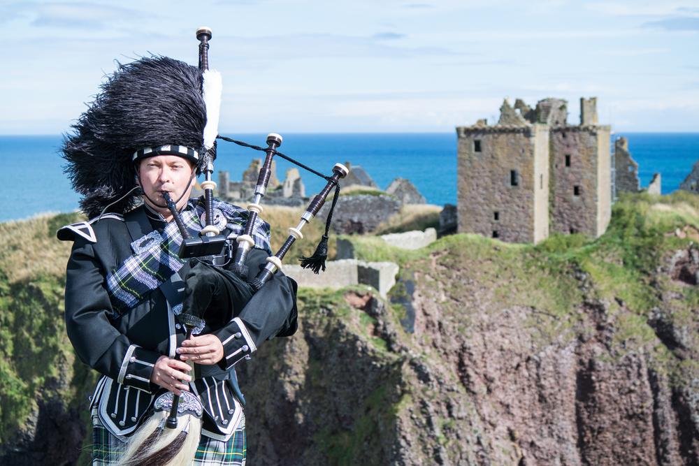 scottish man plays bagpipes